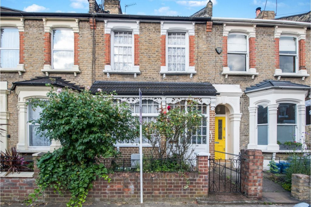 c827d4ac 1433 4339 91ee fdee50650152 1024x683 - £800k four-bed in London looks like normal terrace... but has incredible private pub hidden inside